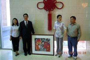 A painting by Xiao Ye was presented to the Consulate-General, by Xiao Ye and President Yong, to Consul-General Wang and Vice Consul Zhang 小叶与杨会长将画移交給汪总和张副总