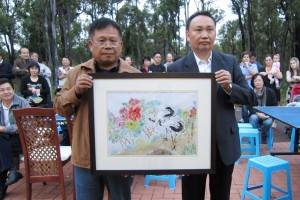 Honorary Advisor Mr ZHANG Xiaoting 张小庭先生 (right) with the painting he successfully bid for at the auction. This smaller painting was donated by painter Xiao Ye 小叶 (left)