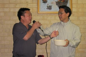Mr Ben Soon 孙伟斌drawing a winning ticket, while Executive Vice President Keith Yong 杨奕驹 looks on