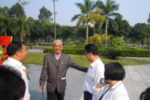 The contingent being welcomed by officials of the Overseas Chinese Museum (华侨博物館)