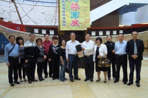 Director of the Overseas Chinese Museum donated a set of large sized pictures dating back to the 1911 Xin Hai Revolution