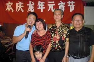 Danny Chan singing the karaoke and at the same time taking a picture with Annie, Norman, their grandson and Xiao Ye