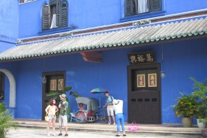 "Cheong Fatt Sze Blue Mansion originally owned by a Moiyen Hakka Cheong Fatt Sze, ""Rockefella of the East"". When he died in 1905, the British Empire hoisted half-masts 著名梅县客家人张弼士的旧居"