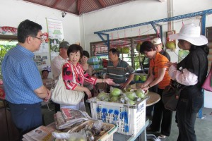 Buying pomelos at Tambun