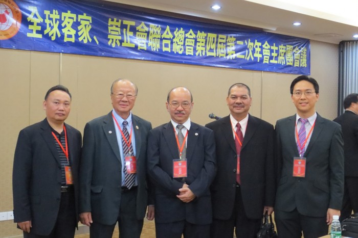 From left: Zhang Xiaoting (HakkaCom Deputy President); Datuk Wong Pin Chung (former President of Sabah United Hakka Associations); Datuk Yong Teck Lee (former Chief Minister of Sabah); Datuk Tham Yuk Liong (President of Sabah United Hakka Associations); and Keith Yong (President of Hakka Association of Western Australia Inc.) 左起:张小庭 (澳洲客家商会署理会长);拿督 王平忠(前任沙巴客家联合会会长); 拿督杨德利 (前任沙巴首席部长);拿督谭育良(现任沙巴客家联合会会长); 杨奕驹 (西澳客家公会会长)