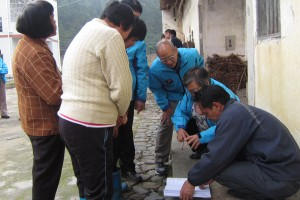 张先生等查族谱 Looking through the ancestral almanac with relatives