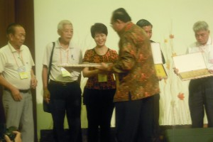 Senior Vice President Lily Kong-Yit receiving a souvenir from Hakka Indonesia, the organiser of the conference
