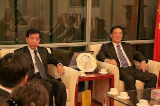 Dato' Tet K Yong (right) with the then Consul-General of the People's Republic of China Mr LI Shugang